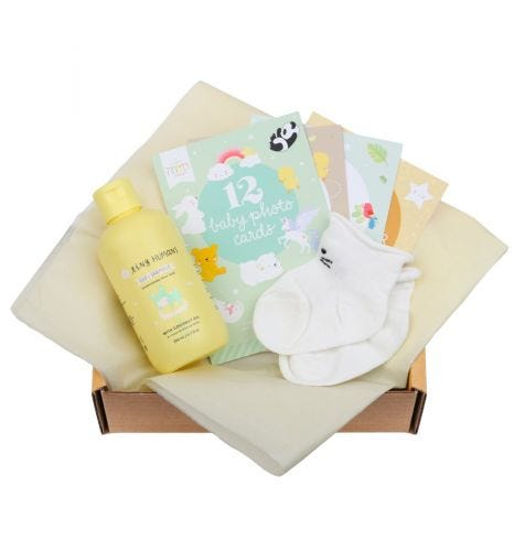 Baby Giftbox mit Tiny Humans Babyshampoo, 12 doppelseitige Baby Photo Cards, Babysöckchen (0-3 Monate, Produkt kann von Abbildung abweichen)